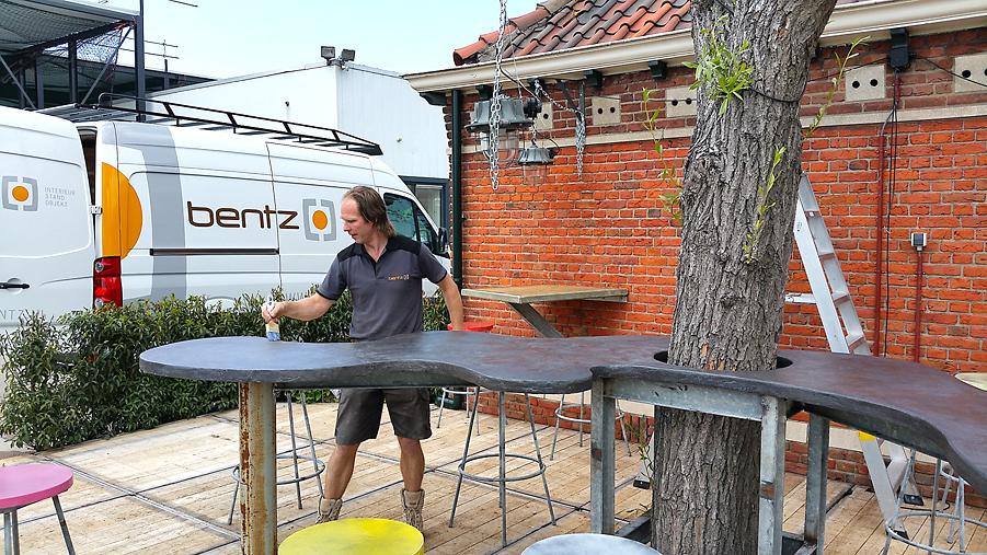 bentz bouwt een eigentijds terras met en voor debets schalke